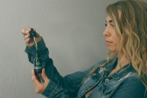 Frau nimmt CBD Öl
