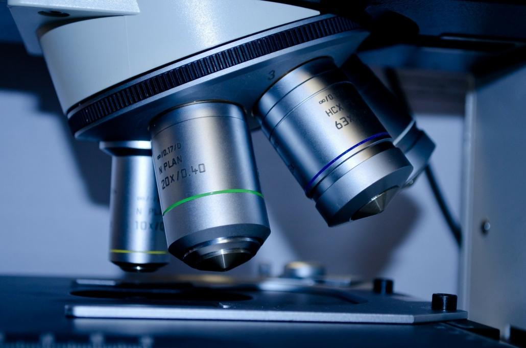Mikroskop (Bildlich für Forschung von der Anwendungen von CBD-Öl)